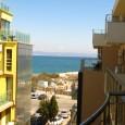 В жилищна сграда, разположена до плажа и брега на морето, ви предлагаме двустаен, напълно обзаведен апартамент. Невероятно красивата и модерна...