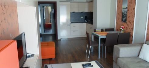 Апартамента се намира на четвърти етаж в луксозен комплекс, първа линия море.Комплекса работи целогодишно, а неговотоместоположениетого правиподходящ иза целогодишно живеене....