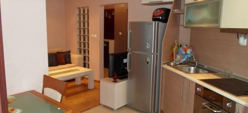 Апартамента се намира на трети етаж от жилищна сграда с много добра локация и на 50м от централния плаж на...