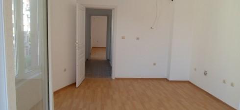 Апартамента се намира на пети етаж от шестетажна жилищна сграда, разположена в района на калните бани и на 250м от...