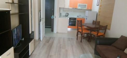 Изключително топъл и светъл апартамент, находящ се в жилищна сграда, разположена на 30 м. от плажа. Изключително удобна и практична...
